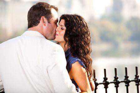 Un hombre y una mujer bes�ndose en un parque Foto de archivo - 5897939