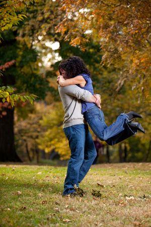 verlobt: Ein Mann und einer Frau einen großen Hug - Aufhebung Ihr aus dem Boden