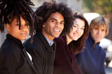 multicultureel: Een groep van vrienden in de stad - de ondiepe scherptediepte met focus op Afrikaanse Amerikaan Stockfoto
