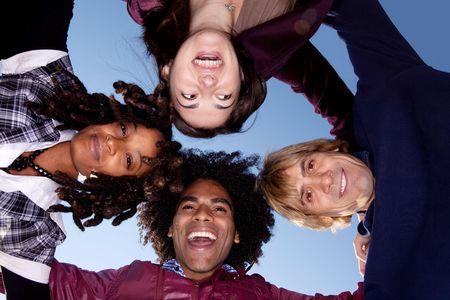 Een groep vrienden die een huddle vormen een cirkel