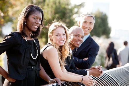 multicultureel: Een zakelijke team buiten - scherp op front vrouw