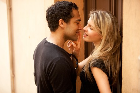 young couple kiss: Un par de flirteo en un entorno urbano europeo al aire libre
