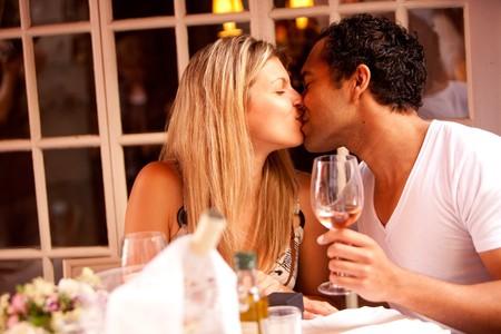 男と女の屋外カフェでロマンチックな食事