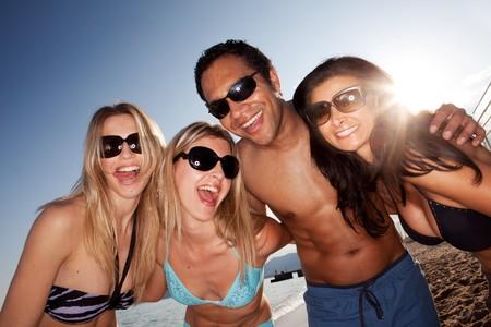 personas banandose: Un grupo de amigos locos en la playa que se divierten  Foto de archivo