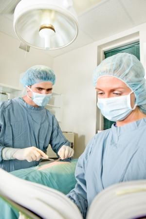 外科医のマニュアルに従って操作のかわからない