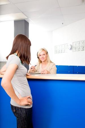 recepcionista: Un paciente hablando con una recepcionista m�dica