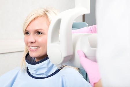 laboratorio dental: A la mujer teniendo sus dientes g�netica