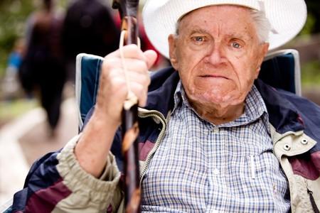 grumpy: Een boze oude man met zijn vuist up en ongelukkig gezicht
