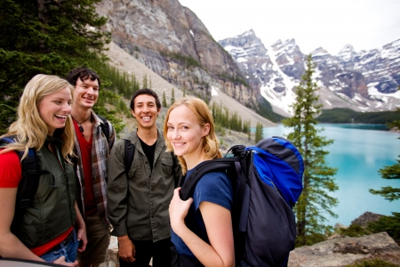 campamento: Un grupo de amigos en un viaje de camping  excursiones en las monta�as