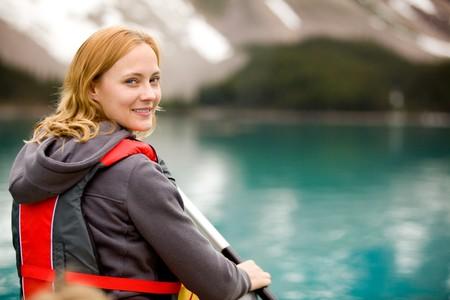 Ein Porträt einer Frau an einem See in einem Kanu