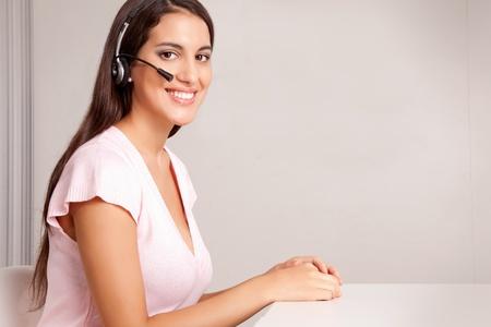 hands free phone: Una mujer en un tel�fono de manos libre - centro de llamadas amigos Foto de archivo
