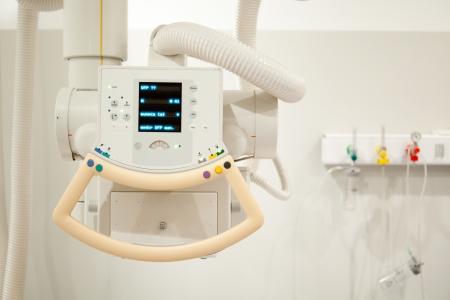 Detalle de una máquina de rayos x en un hospital