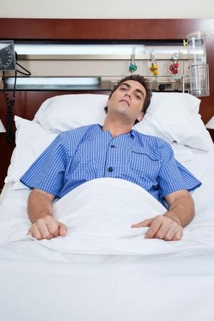 sobrio: Un paciente masculino severo en cama en el hospital Foto de archivo
