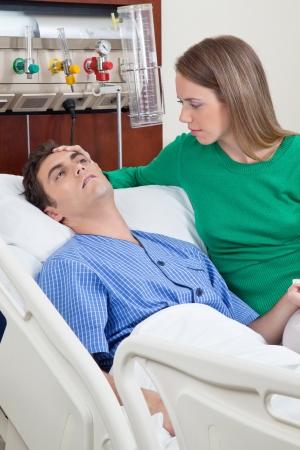 sick: Joven paciente enfermo con su esposa en el hospital Foto de archivo