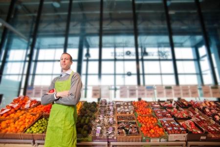 tiendas de comida: Retrato de una tienda de comestibles clkerk o propietario de un contador de vegetal