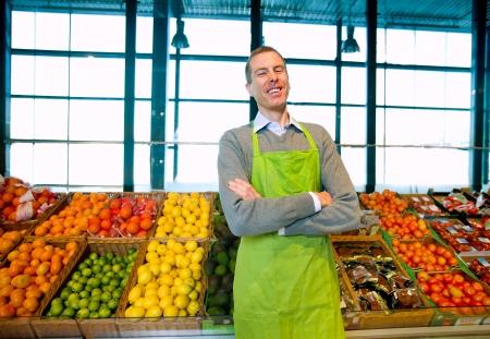 tiendas de comida: Propietario de una tienda de abarrotes permanente de las frutas y hortalizas