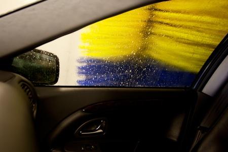 carwash: Un pincel de lavadero automático, lavar la cara de un coche Foto de archivo