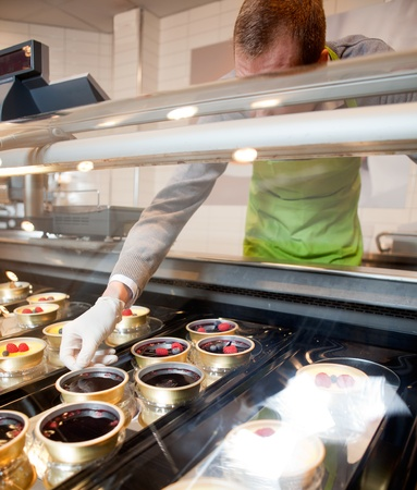 oficinista: Un contador del desierto gourmet fresco en una tienda con chef sin rostro Foto de archivo