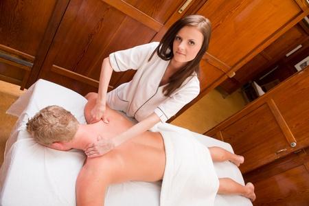 sports massage: Retrato de arriba de un terapeuta de masaje da un masaje en un spa de estilo antiguo Foto de archivo