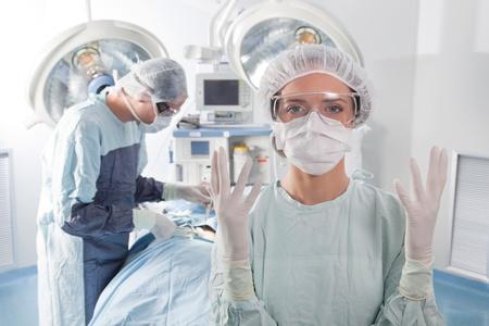 guanti infermiera: Close-up di donne chirurgo chiedendo guanti nel bel mezzo di funzionamento