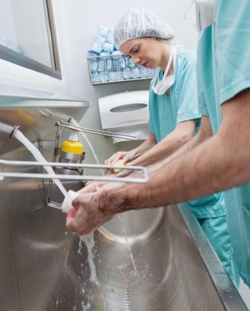 cleaning team: Cirujanos lavarse las manos antes de operaci�n