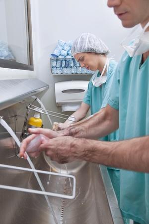 cleaning team: Cirujanos lavarse las manos despu�s de la operaci�n