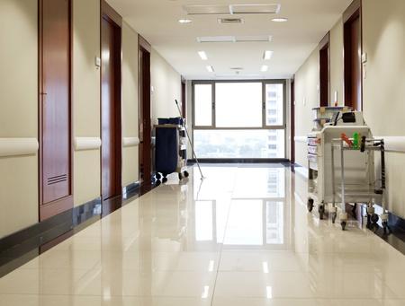 Interieur van schone reflecterende lege hal van het ziekenhuis Stockfoto