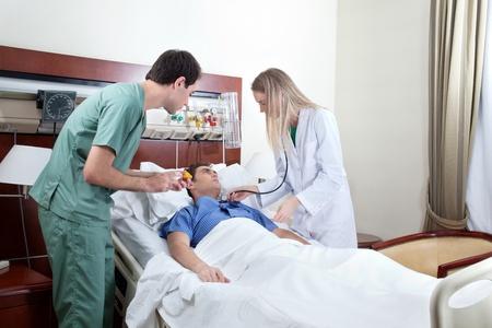 환자: 병원에서 의사가 검사 젊은 환자