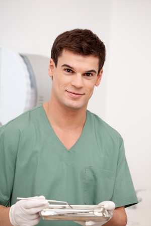 uniformes de oficina: Un feliz hombre sonriente dentista mirando a la c�mara con una sonrisa