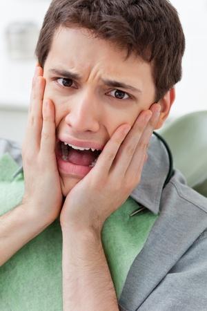 angoisse: Gros plan d'un jeune homme effray� � la clinique Banque d'images