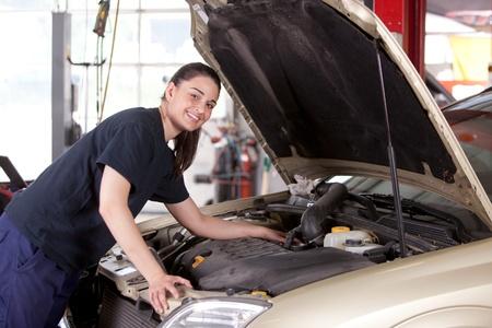 Retrato de una mujer mec�nica feliz trabajando en un coche en un taller de reparaci�n de autom�viles Foto de archivo - 10393401