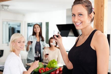 socializando: Feliz amigas una fiesta informal en su casa