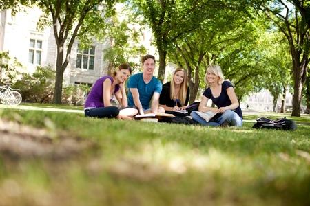 estudiantes universitarios: Feliz grupo de estudiantes universitarios mirando a la c�mara