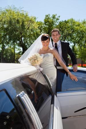 to wed: Allegro coppia appena sposata di salire in macchina Archivio Fotografico
