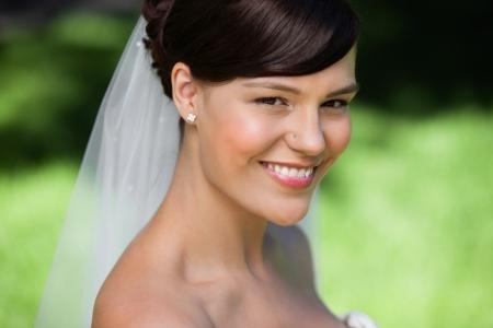 Portret van een mooie jonge bruid glimlachen