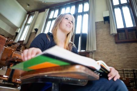 講義の注意を払って若い女子大の低角度のビュー