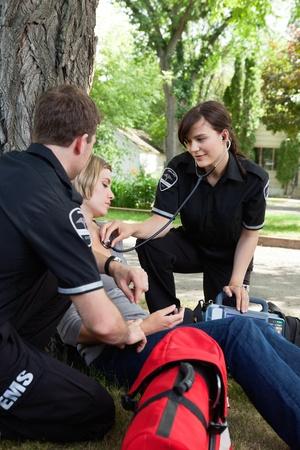 emergencia medica: Servicios m�dicos de emergencia atendiendo a un paciente herido