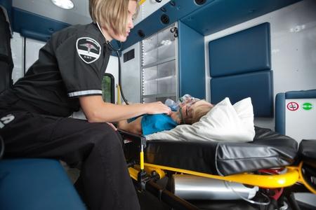 Senior Frau Erhalt medizinische Notfallversorgung in Krankenwagen Standard-Bild