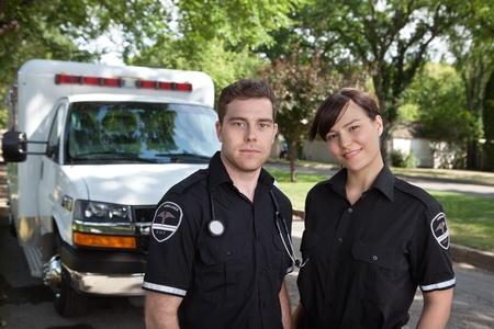 ambulancia: Retrato del equipo param�dico de ambulancias en el fondo