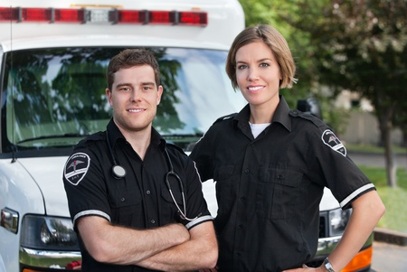 Paramedic team portret staat voor ambulance