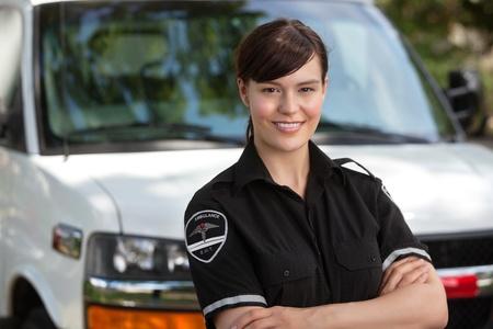 Portrait eines glücklichen selbstbewusste Frau Sanitäter stand vor der Ambulanz Standard-Bild