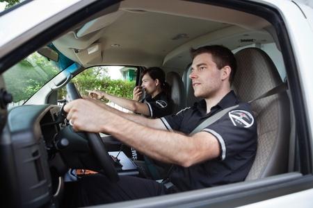ambulancia: Equipo m�dico de param�dico hablando en la radio con dispatcher