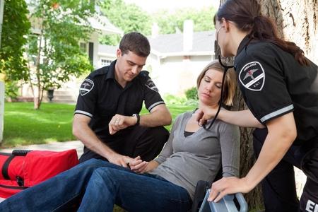 EMT profesional médico evaluar una situación y medir signos vitales Foto de archivo