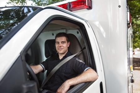 ambulancia: Retrato de un hombre sentado en el asiento del conductor paramédico de la ambulancia blanca