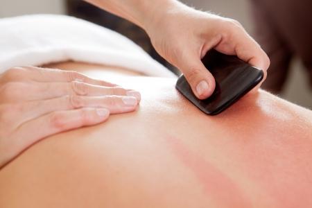 acupuntura china: Herramienta de gran espátula de hueso se utiliza ruing un tratamiento de acupuntura guasha