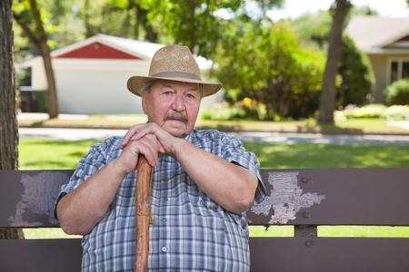 banc de parc: Portrait de temps de l'homme dans le parc principal des dépenses