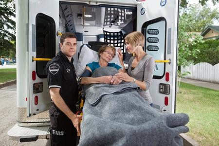 paciente en camilla: Superior de la mujer ser trasladado en ambulancia a un hospital
