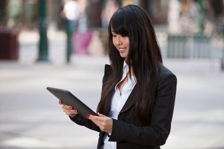 Souriant femme d'affaires à l'aide de Tablet PC Banque d'images