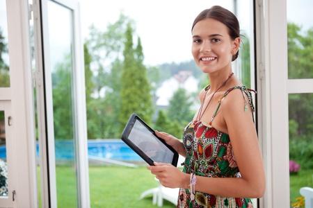 매력적인 젊은 여자가 보유 태블릿 PC 스톡 콘텐츠
