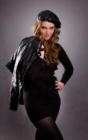 bureta: Retrato de un modelo de mujer atractiva vestida con vestido negro y sombrero de bureta